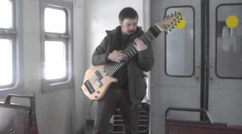 Невідомий гітарист в електричці грає на саморобній 12-струнній гітарі (відео)