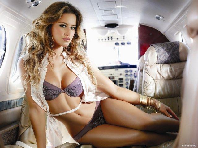 Кмітлива пасажирка врятувала літак, роздягнувшись