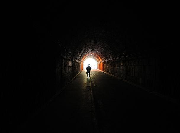 Чому помираючі бачать світло в кінці тунелю
