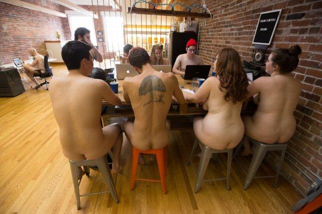 Працівники онлайн-журналу з Сан-Франциско місяць працювали голяка (фото)