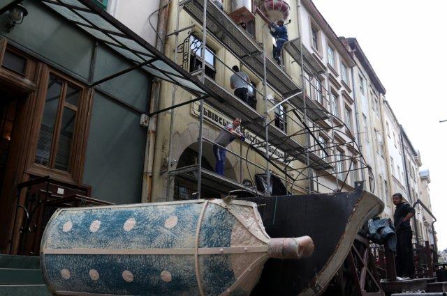 «Львівська майстерня шоколаду» демонтувала скандальні «ванни» з фасаду будівлі-пам'ятки