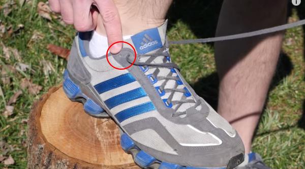 Для чого ця «зайва» дірка на кросівках (відео)