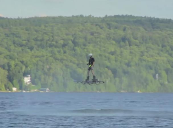 Канадець пролетів 276 метрів над водою на ховерборді (відео)