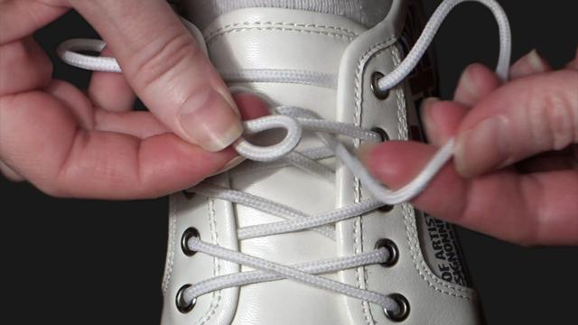 Зав'язування шнурівок. Спосіб «по-українськи» (відео)