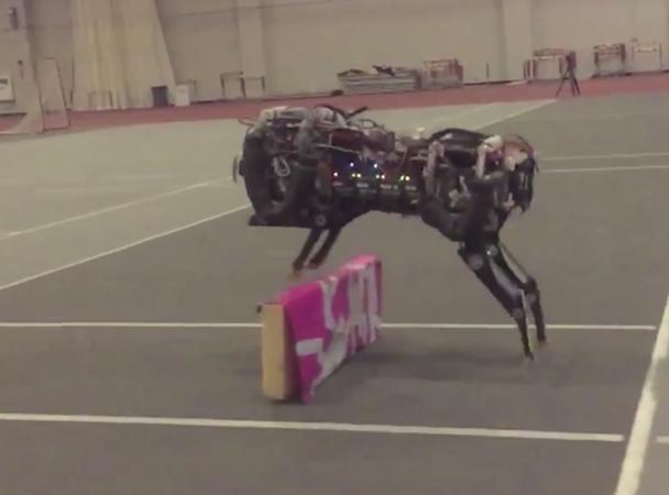 Робот-гепард навчився стрибати через бар'єр (відео)