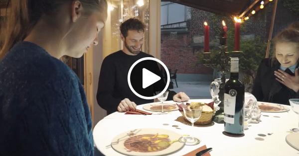 Оригінальний спосіб розважити відвідувачів поки готується страва (відео)