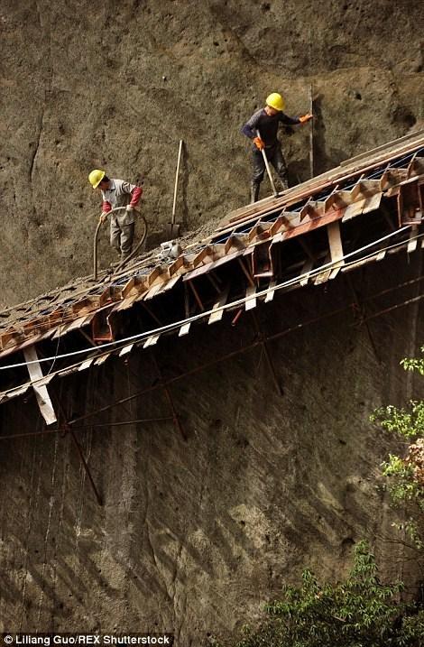 Китайські робітники будують гірську дорогу в тисячі метрах над землею (фото)
