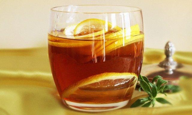 Чим корисна тепла вода з медом і лимоном вранці?