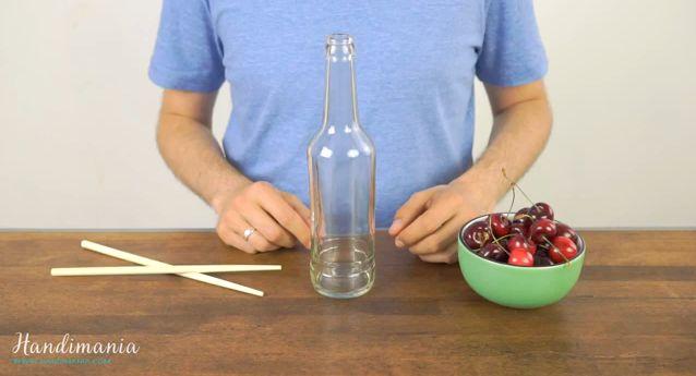 Пляшка і паличка - пристрій для видалення кісточок з вишень (відео)