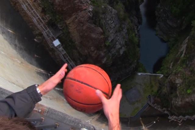 Що буде, якщо кинути м'яч з величезної висоти? Ефект Магнуса (відео)