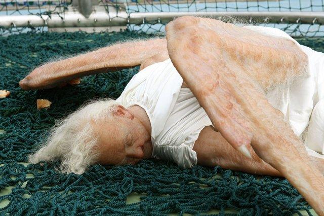 Реалістична скульптура впавшого ангела (фото)