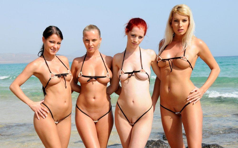 фото девушек в купальниках откровенных