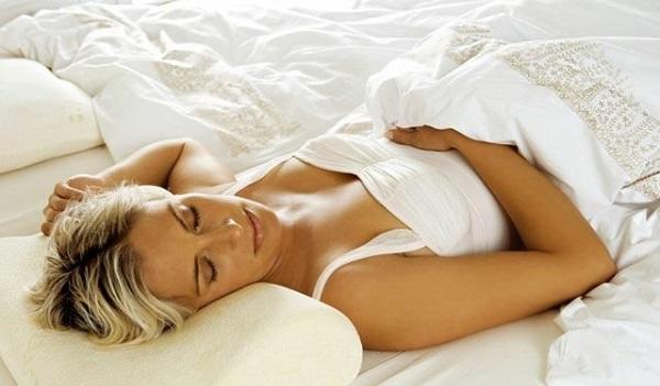 Лікарі розповіли, на якому боці сон міцніший. Виявляється, більшість людей спить неправильно!