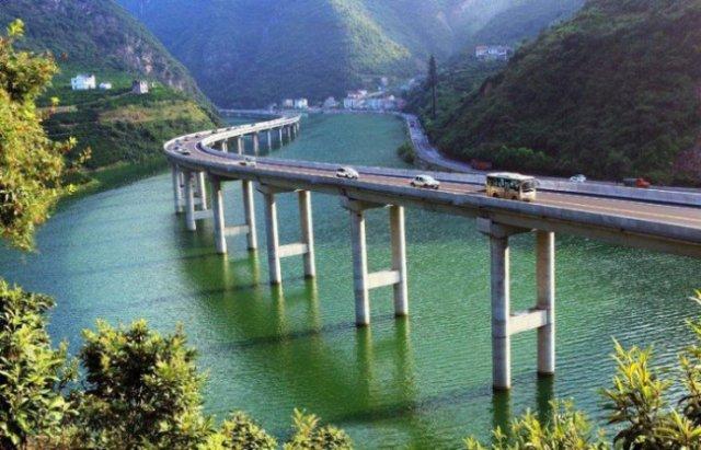 У Китаї побудували міст не через річку, а вздовж річки (фото)
