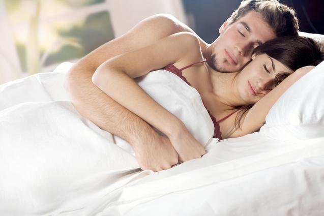 Поза, в якій спить подружжя показує стан їхніх відносин