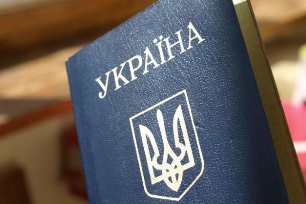 В українських паспортах замінять російську мову на англійську