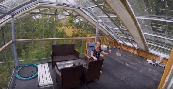 Сім'я накрила весь будинок теплицею, щоб захиститися від холоду (фото, відео)