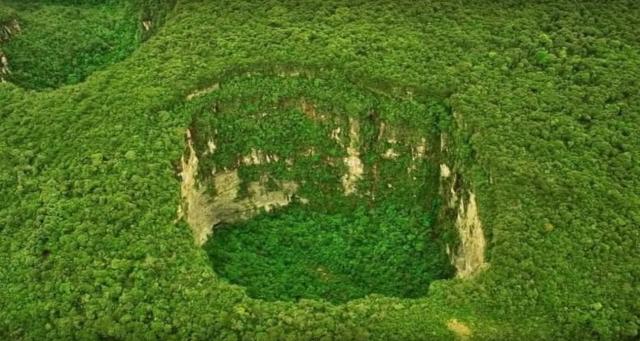 6 найбільш вражаючих карстових воронок світу (фото)