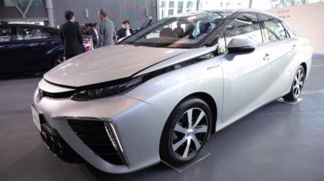 Toyota почала серійний випуск автомобілів, які їздять на водні
