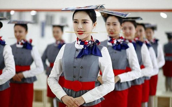 Суворі тренування китайських стюардес (фото)