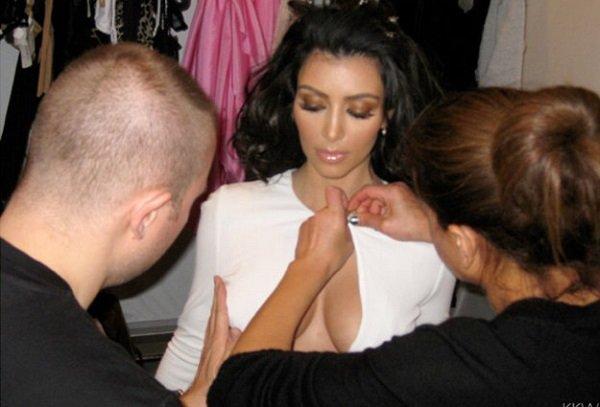 Як носити плаття з глибоким декольте? Секрет Кім Кардашьян