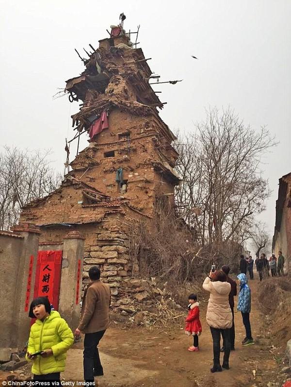 У Китаї психічнохворий чоловік побудував 7-поверхову вежу (фото)