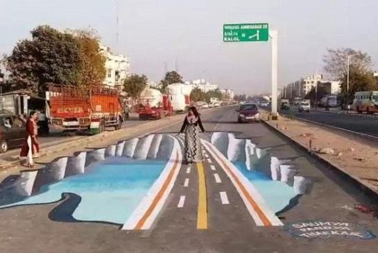 На цій ділянці дороги було безліч ДТП. Художники намалювали графіті...