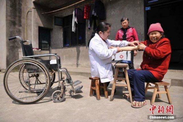 Безнога жінка-фельдшер з Китаю зносила 30 дерев'яних табуреток за 15 років
