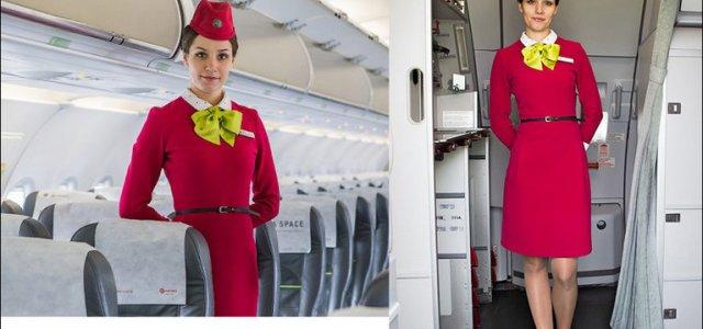 Чому стюардеси тримають руки за спиною під час посадки