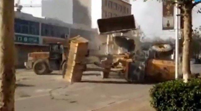 У Китаї побилися шість робочих. На бульдозерах (відео)