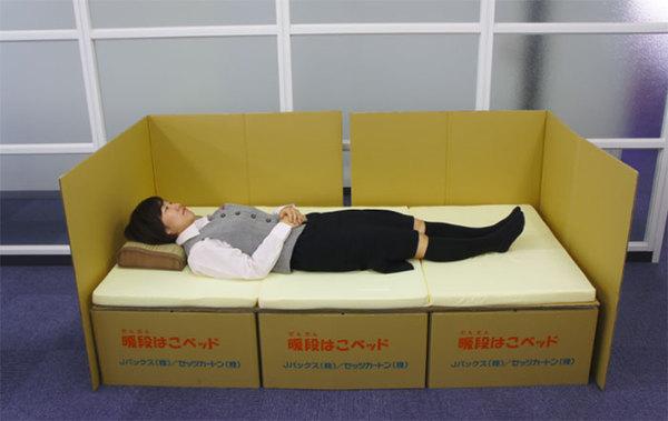 Екстренна спальня з картонних коробок (фото)