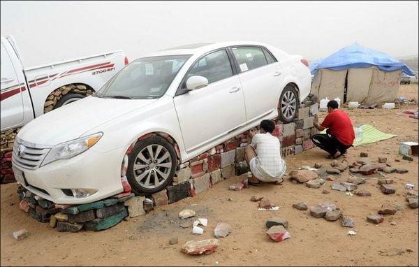 Навіщо араби обкладають автомобілі камінням? (фото)