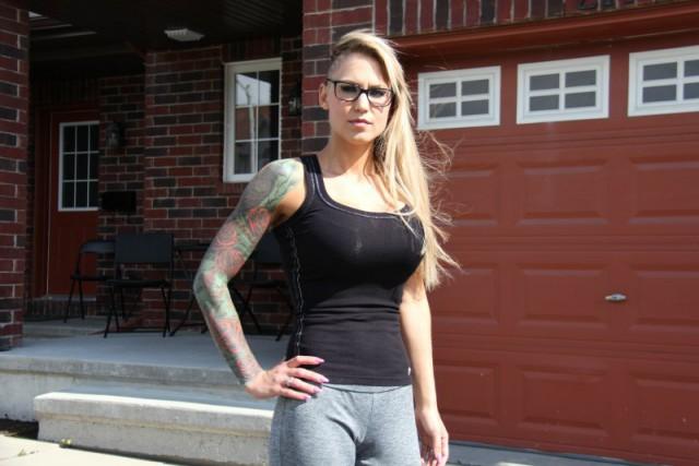 Дівчину вигнали зі спортзалу через надто великі груди (фото)