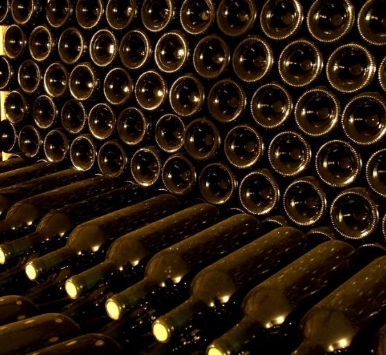 Чому дно винної пляшки увігнуте? 4 причини