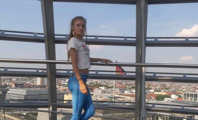 Дівчина прогулюється по Берліну у намальованих джинсах (відео)