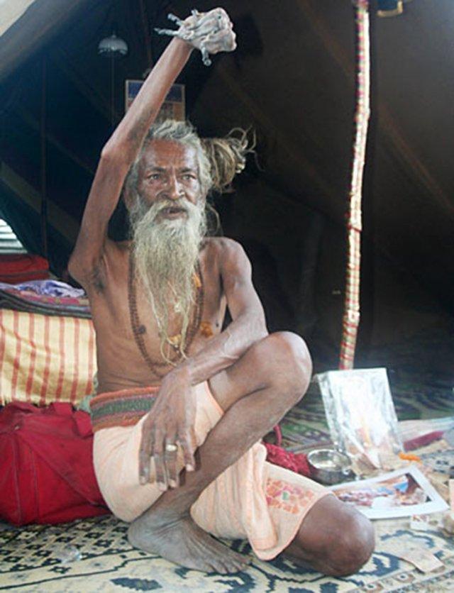 Індус 43 роки тримає руку піднятою на честь бога Шиви (фото)