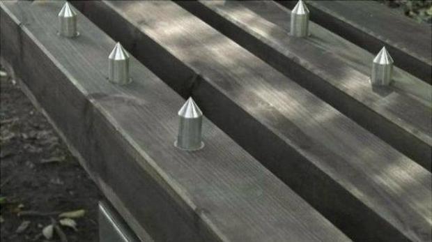 Платні лавочки з... кілками на сидіннях