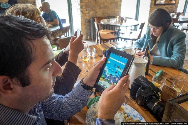 «Хто полізе за телефоном - платить за всіх» - ідея ірландських пабів (фото)