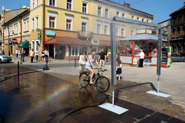 В польських містах у найбільшу спеку перехожих освіжає водяна завіса (фото)