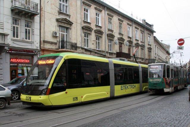 Як розуміються водії трамваїв, кому їхати першим?
