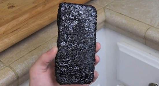 Хлопець зварив iPhone 6 в кока-колі (відео)
