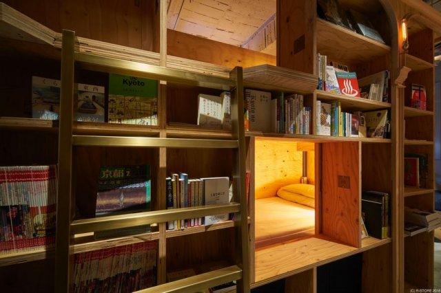 Бібліотека в Кіото зі спальними місцями і баром (фото)