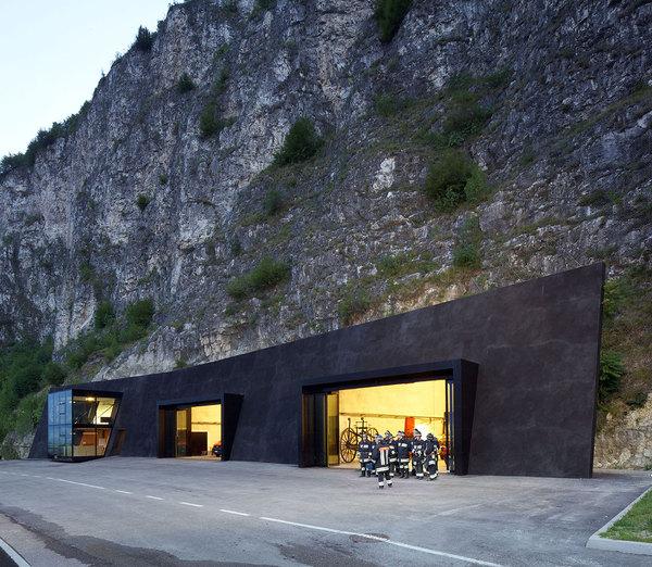 Пожежна частина, видовбана в скелі, Італія (фото)