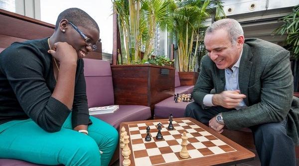 Як неграмотна дівчина з Уганди стала шахістом світового рівня