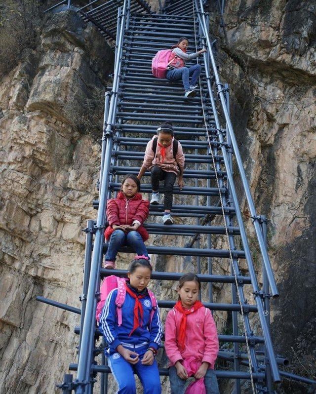 Небезпечна дорога до школи (фото)