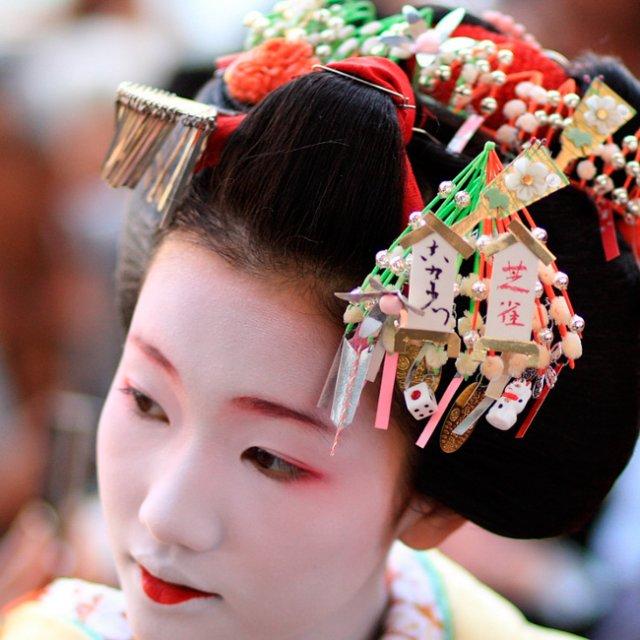 Чому у японських гейш нафарбована лише нижня губа?