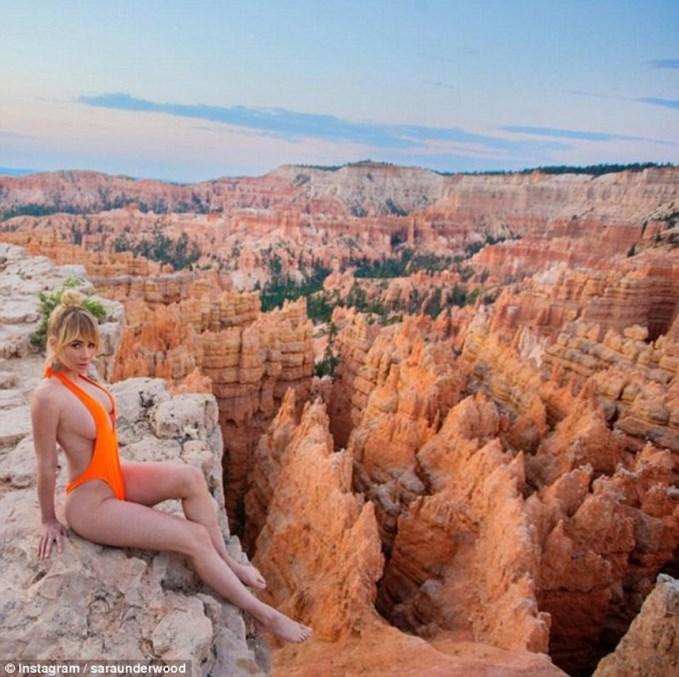 Модель Playboy стала популярною голою мандрівницею-блогером (фото)