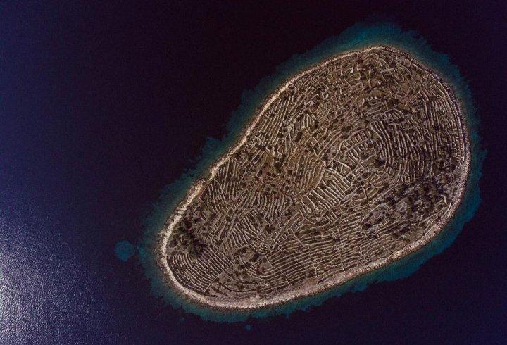 Чому острів поблизу Хорватії подібний на відбиток пальця (фото)