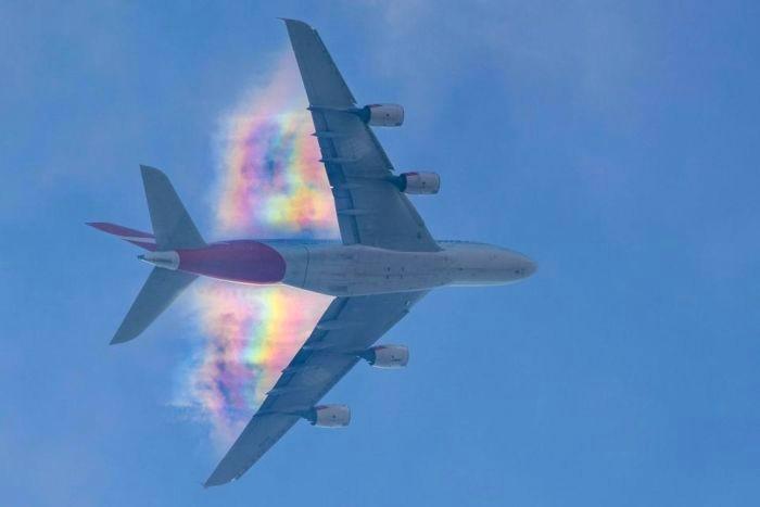 Рідкісна веселка в небі над літаком (фото)