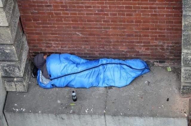 Лондонський безхатько спить на вузькому карнизі над Темзою